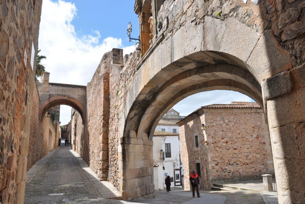 El Arco de la Estrella de Cáceres da paso a su espectacular Casco Antiguo