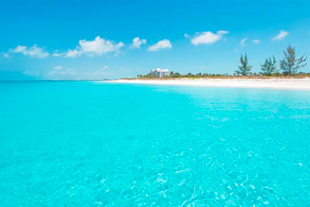Grace Bay Beach es una de las playas más espectaculares del mundo. Buen destino para el viaje de tu vida, ¿verdad? (visittci.com)