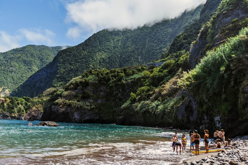 Tanto Madeira (en la foto su playa de Seixal) como Azores tienen requisitos específicos para los turistas (Unsplash)